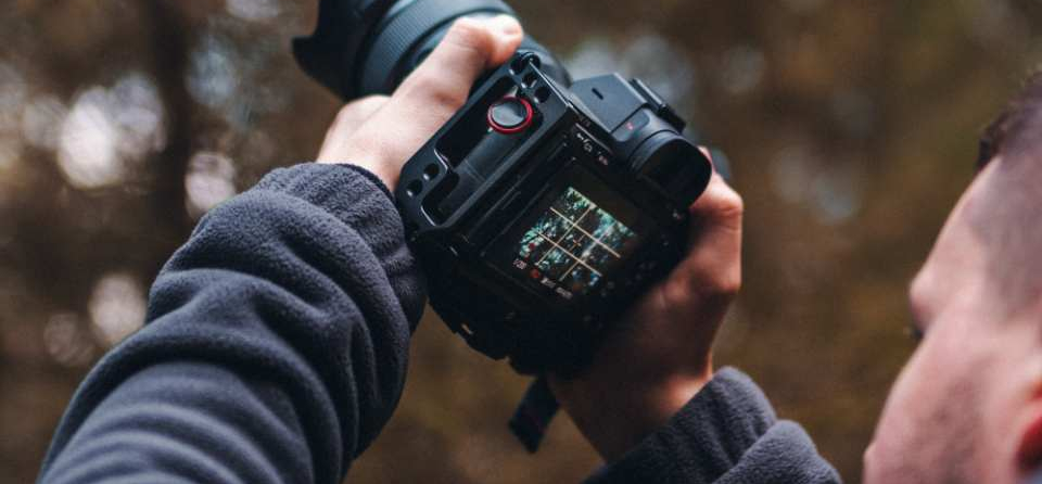 man-taking-a-picture-with-a-dslr-4313723 (1)